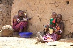 Mujeres y niño del Masai Imagenes de archivo