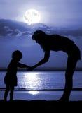 Mujeres y niño el noche de la luna Fotos de archivo libres de regalías