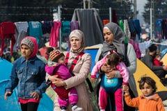 Mujeres y niños en campamento de refugiados en Grecia Fotografía de archivo libre de regalías