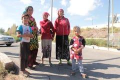 Mujeres y niños en el valle de Fergana Foto de archivo
