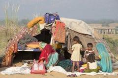 Mujeres y niños indios en el camello Mela de Pushkar La India Fotografía de archivo