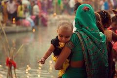 Mujeres y niños indios en el lado del río Imagen de archivo