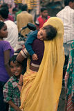 Mujeres y niños indios en la feria Foto de archivo libre de regalías