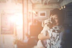 Mujeres y perro de Asia en café de la cafetería fotografía de archivo
