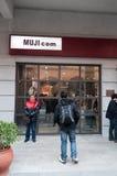 Muji com shoppar på den Han gatan Arkivbilder