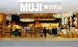 MUJI in Hong Kong, is een Japanse detailhandel Er verkoopt een grote verscheidenheid van huishouden en van de consument goo royalty-vrije stock foto