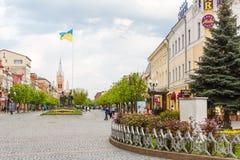 MUKACHEVE UKRAINA - APRIL 25, 2017: Sikt av den Cyril och Methodius fyrkanten Royaltyfria Bilder