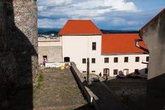 Mukacheve - Ukraina, JULI 26, 2009: Århundrade för Palanok slott XI Fotografering för Bildbyråer