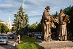 Mukacheve - Ukraina, JULI 26, 2009: Monument av helgon Cyril och Methodius i Mukacheve Arkivbild