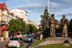 Mukacheve - Ukraina, JULI 26, 2009: Monument av helgon Cyril och Methodius i Mukacheve Arkivfoto
