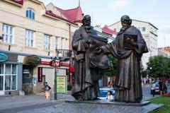 Mukacheve - Ukraina, JULI 26, 2009: Monument av helgon Cyril och Methodius i Mukacheve Arkivfoton
