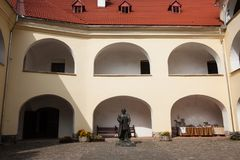 Mukacheve - Ukraina, SEPTEMBER 29, 2009: Århundrade för Palanok slott XI fotografering för bildbyråer