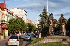 Mukacheve - Ukraine, am 26. Juli 2009: Monument von Heiligen Cyril und Methodius in Mukacheve Stockfoto