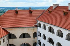 MUKACHEVO, ΟΥΚΡΑΝΙΑ - 23 Αυγούστου 2017, πλάγια όψη του ναυπηγείου, στέγη και τοίχοι του Palanok Castle ή Mukachevo Castle Αρχαίο Στοκ Φωτογραφίες