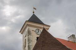 MUKACHEVO, УКРАИНА - МАЙ 2019: Башня с часами и флаг на замке Palanok в Mukachevo стоковое изображение