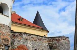 MUKACHEVO, УКРАИНА - 23-ье августа 2017, взгляд со стороны стен утеса замка Palanok или замка Mukachevo Старый венгр c Стоковые Фото