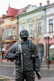 Mukachevo, Ucraina - 6 aprile 2015: Monumento dello spazzacamino felice e del suo gatto Il monumento con lo spazzacamino reale Be immagini stock libere da diritti