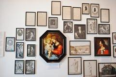 MUKACHEVO, UCRANIA - ABRIL 11,2016: Galería de arte Madonna en el cente Fotografía de archivo