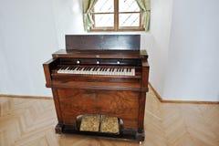 MUKACHEVO UKRAINA, KWIECIEŃ, - 11,2016: Stary rocznika pianino, organ i fotografia stock