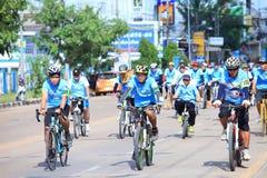 MUKDAHAN,泰国, 8月16-2015 :为妈妈,人们骑自行车乘坐对Mukdahan的起点 免版税库存图片