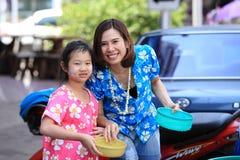 MUKDAHAN THAILAND-APRIL 13 :Mukdahan Songkran节日 外国t 库存图片