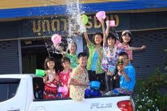 MUKDAHAN THAILAND-APRIL 13: Mukdahan Songkran festival Utländsk t arkivfoto