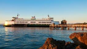 Mukilteo aan de veerboot van de Staat van Bainbridge Washington tijdens zonsondergang. stock fotografie