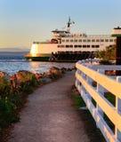 Mukilteo aan de veerboot van de Staat van Bainbridge Washington tijdens zonsondergang Stock Afbeelding