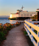 Mukilteo al traghetto dello Stato del Washington di Bainbridge Durante il tramonto Immagine Stock