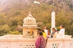 MUKTAGIRI, MADHYA PRADESH, INDIA MAJ 5 2016: Jain pielgrzymia dewotka medytuje przed sławną dziejową Jainism świątynią zdjęcie royalty free
