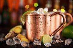 Mulas frias de Moscou - Ginger Beer, cal e vodca imagem de stock