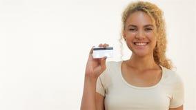 Mulatmeisjes die duim-omhoog met creditcard tonen stock footage