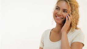 Mulatvrouw het texting op haar mobiele telefoon stock videobeelden