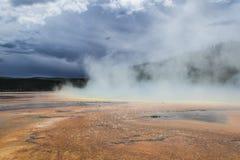 Mulen himmel med ångaresning från geysers Royaltyfri Foto