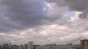 Mulen himmel med grå färger fördunklar över skyskrapor och hyreshusar stock video