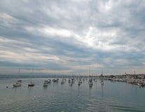 Mulen soluppgång över Newport strandhamn i sydliga Kalifornien USA royaltyfri foto