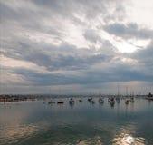 Mulen soluppgång över Newport strandhamn i sydliga Kalifornien USA royaltyfri bild