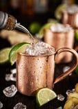 Mules froides de Moscou - Ginger Beer, chaux et vodka photographie stock libre de droits