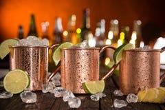 Mules froides de Moscou - Ginger Beer, chaux et vodka photographie stock