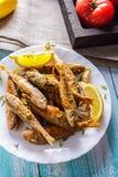 Mulet frit avec le citron et les herbes d'un plat en céramique photos libres de droits