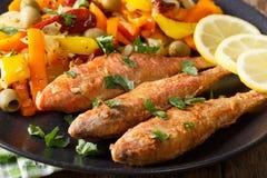 Mulet frit avec les légumes et le plan rapproché cuits de citron horizont Image libre de droits