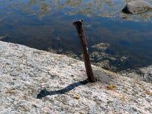 Muleta del hierro en el embakment de piedra imagen de archivo