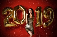 Mulher à moda alegre de surpresa com balões que comemora Eve Party de ano novo foto de stock royalty free
