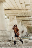 Mulher à moda bonita do moderno que salta, tendo o divertimento no chapéu, leat Fotografia de Stock