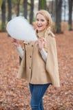 Mulher à moda bonito que come o floss dos doces Imagem de Stock