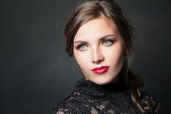 Mulher à moda com cabelo vermelho da composição dos bordos no fundo escuro foto de stock royalty free