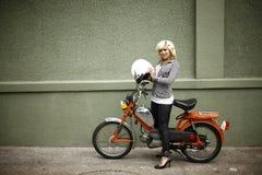 Mulher à moda com moped Imagens de Stock
