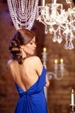 Mulher à moda da forma luxuosa no interior rico Gir bonito Imagens de Stock