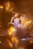Mulher à moda da forma luxuosa no interior rico Gir bonito Fotografia de Stock