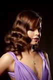 Mulher à moda da forma luxuosa no interior rico Gir bonito Fotos de Stock Royalty Free
